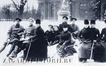 Александр III с детьми и семьёй играют в хоккей